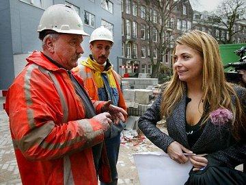 Georgina Verbaan vertelt het nieuws aan een paar bouwvakkers