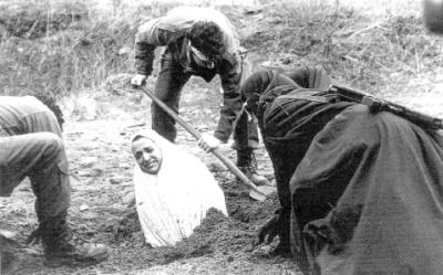 Vrouw wordt ingegraven, wachtende op haar dood.
