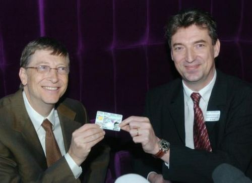 Bill Gates en Vanvelthoven, staatssecretaris van Informatisering, laten de nieuwe elketronische identiteitskaart zien