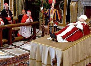 De paus ligt opgebaard in het Vaticaan