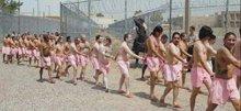 Gevangenen gaan in roze ondergoed over straat