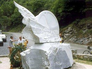 Het monument op de plek waar Casartelli verongelukte