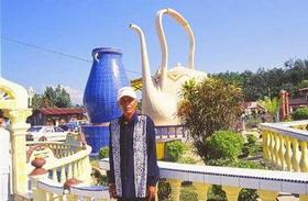 Ayah Pin met op de achtergrond de theepot