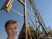 De jongen met zijn zelfgebouwde achtbaan
