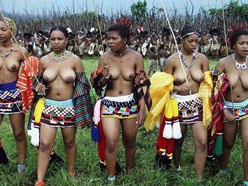 Jonge maagden in Swaziland dansen jaarlijks topless voor de koning