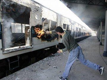 Woedende reizigers steken trein in brand