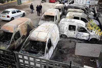 Geschrokken bewoners vinden hun auto's verwoest terug