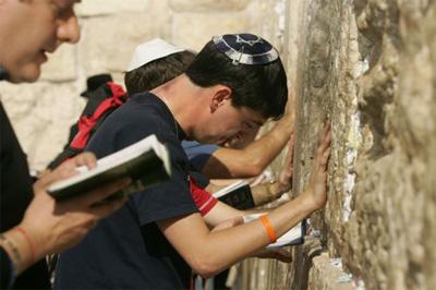 Mensen bidden voor Sharon bij de Klaagmuur
