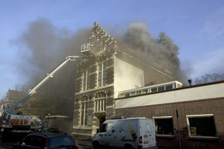 De brandweer heeft een hoogwerker nodig om het vuur te kunnen bestrijden