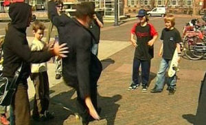 """De afbeelding """"http://images.fok.nl/upload/060503_15958_balkenende_skateboard.jpg"""" kan niet worden weergegeven, omdat hij fouten bevat."""