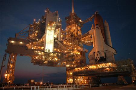 De Discovery staat klaar op het lanceerplatform en wordt nu volgetankt