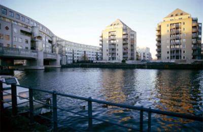 De De Entrepothaven en Entrepotbrug, slingerend over het water