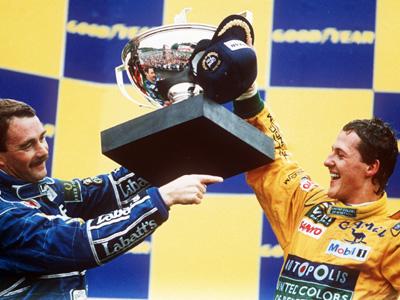Schumacher na zijn eerste Grand Prix overwinning op het podium samen met Nigel Mansell