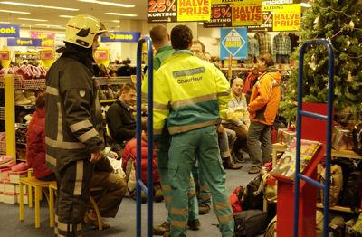 Ambulancepersoneel in winkel