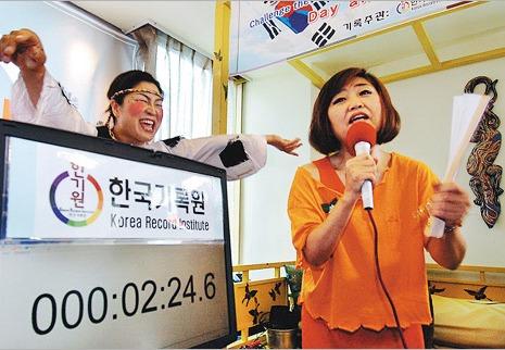 Kim Seok-ok (52) tijdens haar recordzangprestatie in Gangnam, Seoul
