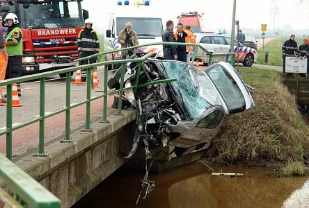 Auto hangt aan brug Bron: zwartewaterkrant.nl