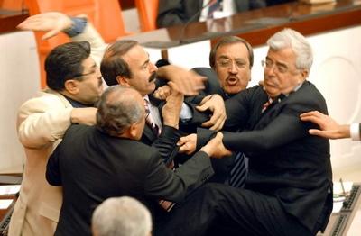 Parlementsleden op de vuist