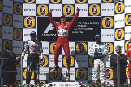 Schumacher op het podium na zijn overwinning tijdens de Grand Prix van San Marino in 2004