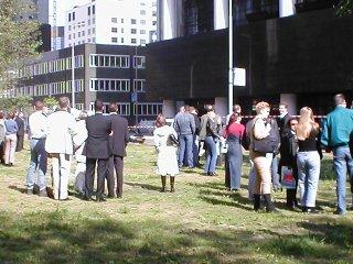 Mensen staan te kijken naar het gebouw.