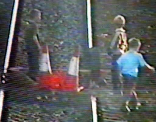 Drie jongetjes blokkeren een treinrails in Engeland