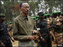 President Kagame inspecteert de troepen