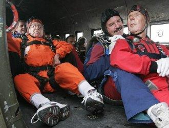 Veteranen maken parachutesprong
