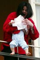 nieuws michael jackson zwaait met baby op balkon. Black Bedroom Furniture Sets. Home Design Ideas